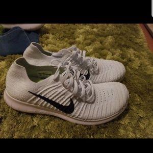 Nike flyknit white black never worn!!!